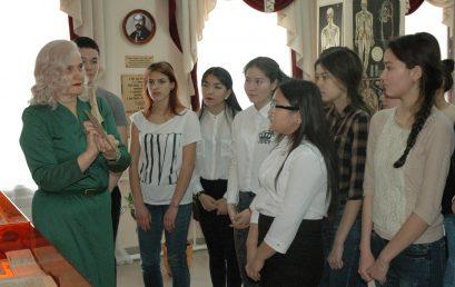 Музей истории Астраханского ГМУ встречает юных медиков