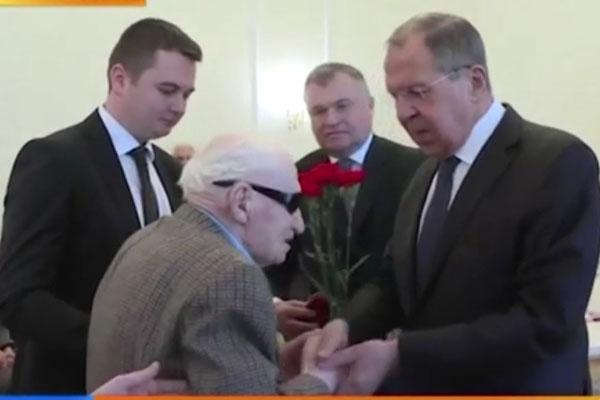 Основоположнику Астраханской гастроэнтерологической школы терапевтов вручили юбилейную медаль к 75-летию Победы