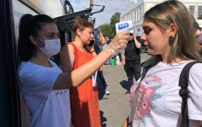 Волонтеры-медики помогают при отправке студентов домой