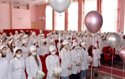 Вручение студенческих билетов студентам первого курса педиатрического  факультета